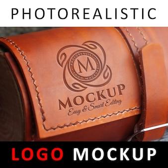 ロゴモックアップ - レザーバッグに彫刻されたロゴマーク