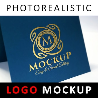 Макет логотипа - логотип с золотой фольгой на синей карточке