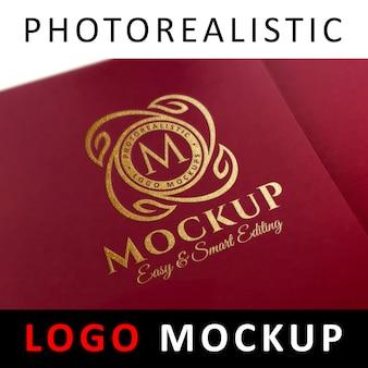 ロゴモックアップ - レッドカードにゴールドフォイルスタンピングロゴ