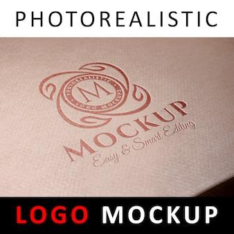 ロゴモックアップ - クラフト紙箱にデボスロゴ