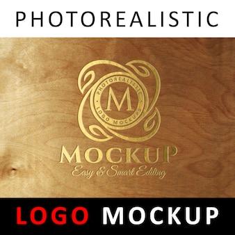 Макет логотипа - золотой гравированный логотип на дереве
