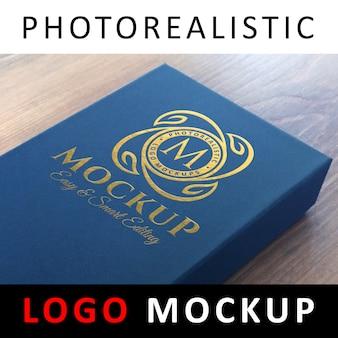 ロゴモックアップ - 青いカードボックスに金箔のロゴ
