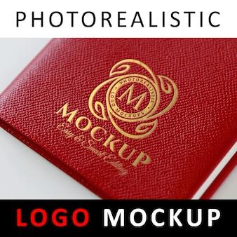 ロゴモックアップ - 赤い革製のカバーに金箔ロゴ