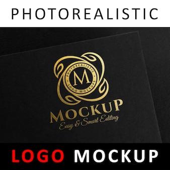 ロゴモックアップ - 黒いカードにロゴを押す黄金の箔