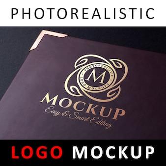 Макет логотипа - золотой логотип, напечатанный на карте меню из фиолетовой кожи
