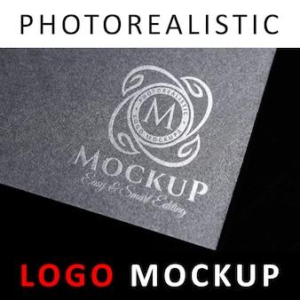 Макет логотипа - штампованный серебряный логотип на темно-серой карточке