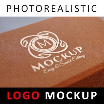 ロゴモックアップ - ボックスに刻印された白いロゴ