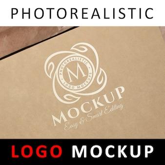 ロゴモックアップ - クラフト紙の白いロゴ