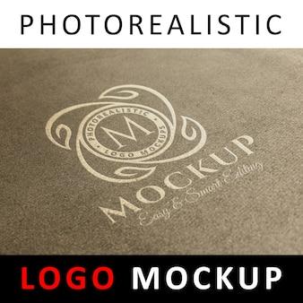 ロゴモックアップ - 古いクラフト紙に白いロゴ