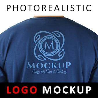 ロゴモックアップ - ブルーのバックシャツにプリントロゴ