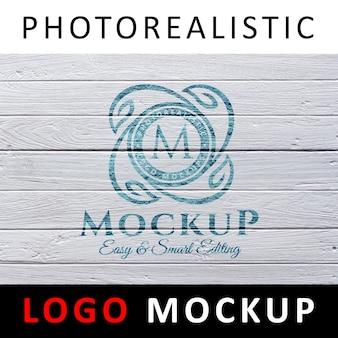 ロゴモックアップ - 白い木の壁にロゴを塗った