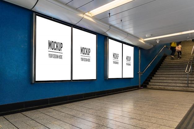地下ホールや地下鉄の広告、モックアップのコンセプト、低光速シャッターにあるブランクの看板