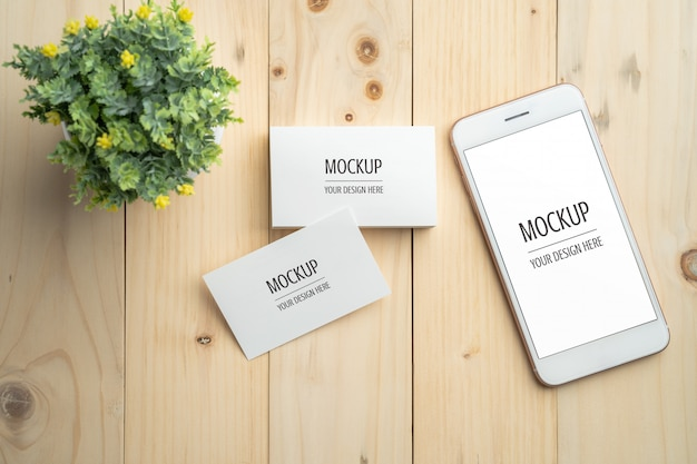 空白の白い画面のスマートフォンと名刺のモックアップ