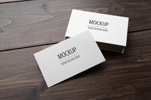 名刺モックアップ、木製テーブルの上の空白の白い名刺