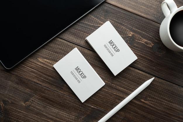 Пустой белый визитная карточка макет и планшет со стилусом