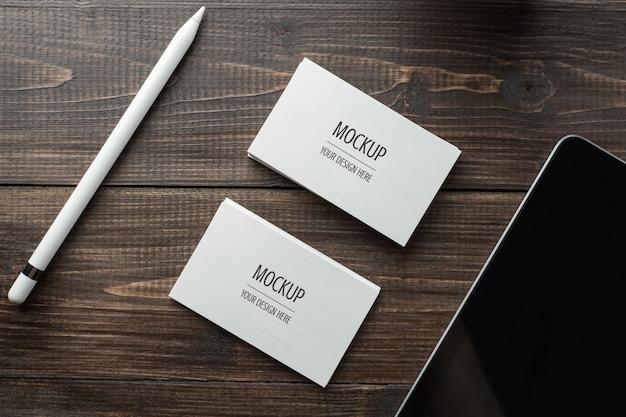 空白の白い名刺モックアップとタブレットとスタイラス