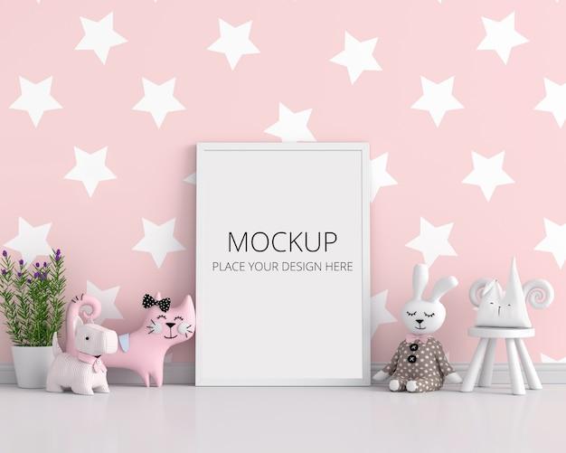 ピンクの子供部屋でモックアップの空白のフォトフレーム