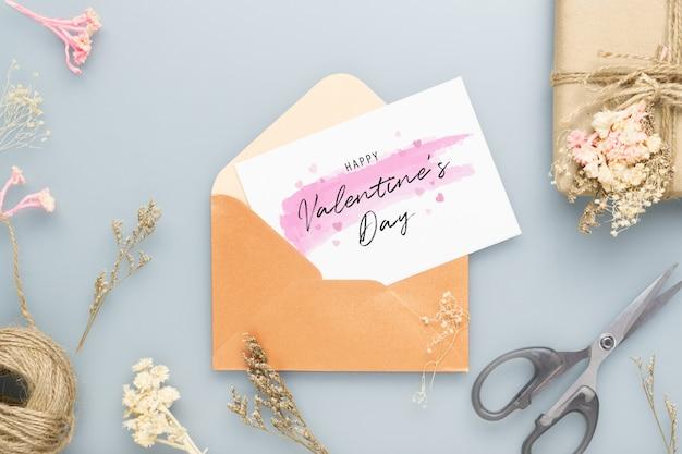 はがきとバレンタインデーの封筒