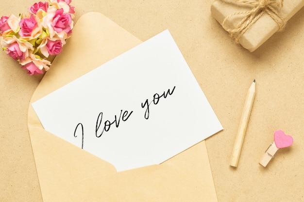 モックアップレターとバレンタインデーのクラフトウッドの封筒