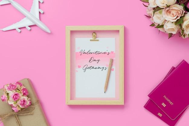 バレンタインの日・愛シーズンコンセプトと旅行のためのモックアップ額縁