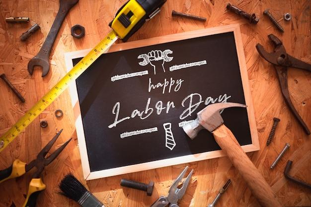 幸せな労働者の日のモックアップ黒板。