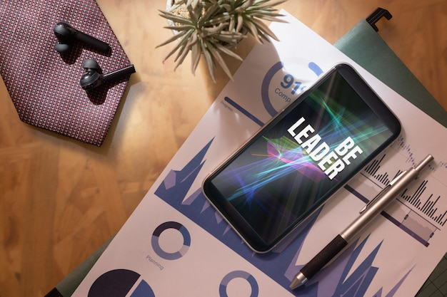 あなたのビジネスにインスピレーションを与える引用のためのモックアップ携帯電話。
