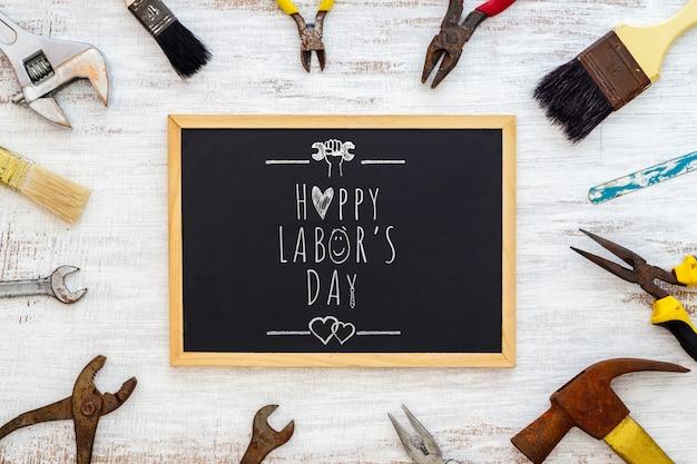 労働日のコンセプトのモックアップ黒板