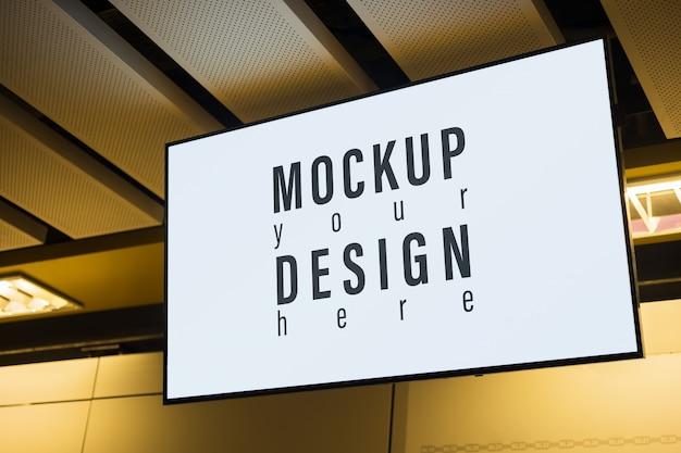 あなたの広告のための天井の都市のライトボックスのモックアップ。ストリート広告の空白のモックアップ