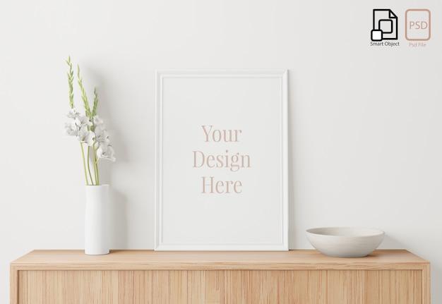 Домашний интерьер плакат макет с рамкой на серванте и фоне белой стены, маленькое дерево