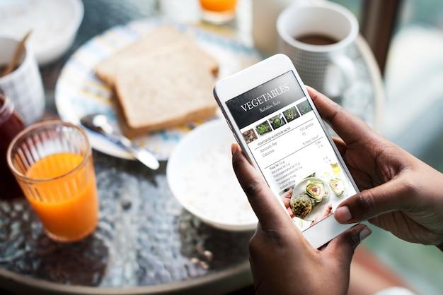 Макрофотография мобильного телефона, показывая рецепт на экране