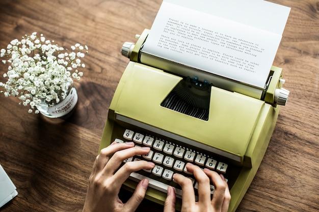Аэрофотосъемка женщины, использующей ретро-пишущую машинку