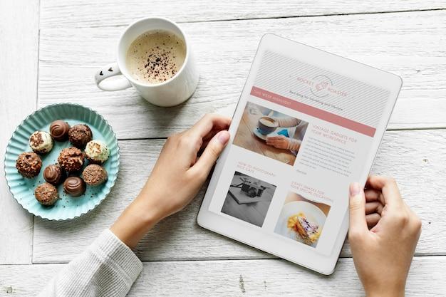 デジタルタブレットとスナックを使った女性の航空写真