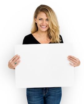 白い紙を持つ女性のスタジオ撮影