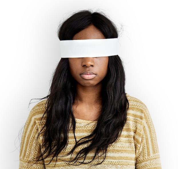 女性は目の覆われた