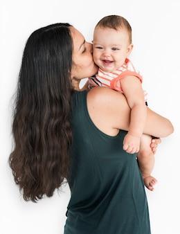 赤ちゃんと母親スタジオポートレートの概念