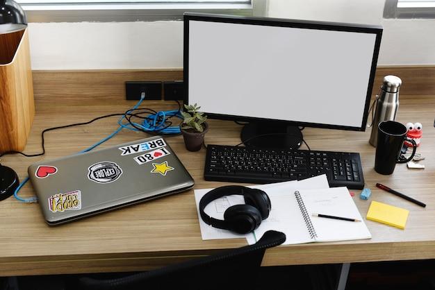 オフィスでのモックアップコンピュータ