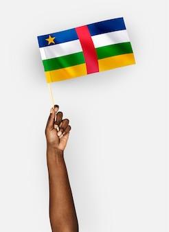 中央アフリカ共和国の旗を振る人