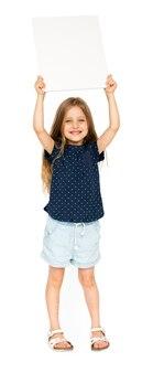 Маленькая девочка улыбается и держит пустой плакат