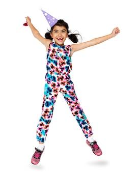 幸せ小さな女の子は笑って、ジャンプ