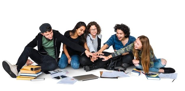 一緒に勉強する学生のグループ