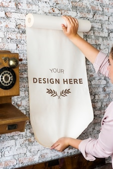 デザインスペース紙を持つ女性のリアビュー