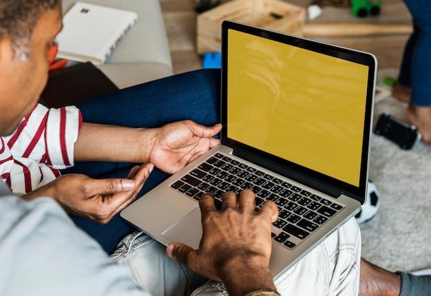 Африканская семья вместе с ноутбуком
