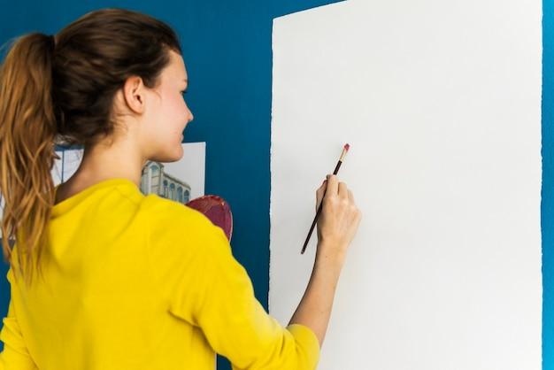 若いアーティストがアートワークを作り出しています