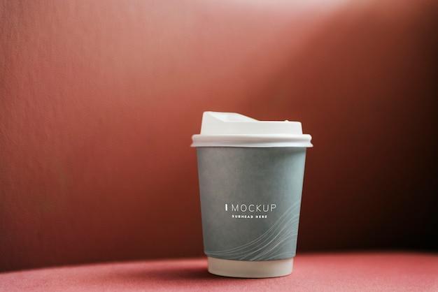 Макет чашки кофе на красном фоне