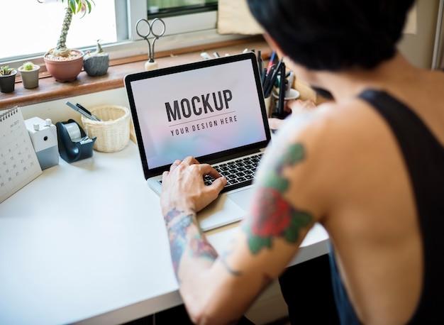男はロゴとアイコンを働いています。