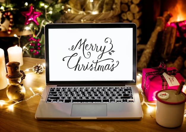 クリスマスの日にコンピュータのラップトップの拡大