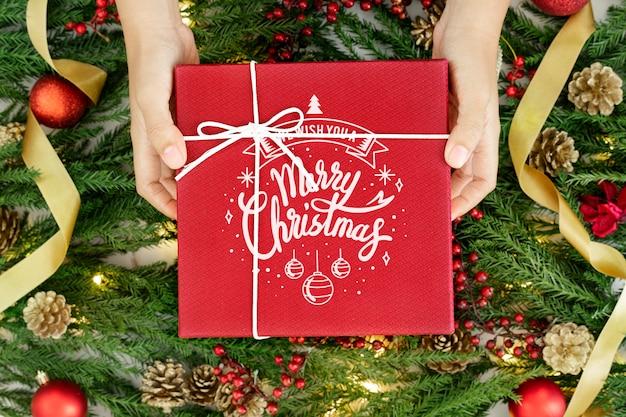 赤いラップされたクリスマスプレゼントモックアップ