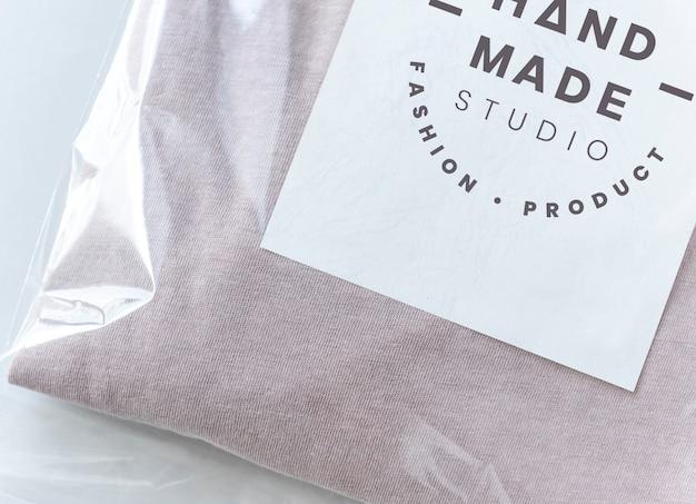 Розовый топ в пластиковой упаковке макета