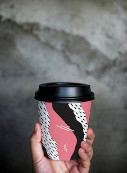 カラフルなテイクアウトコーヒーカップモックアップデザイン