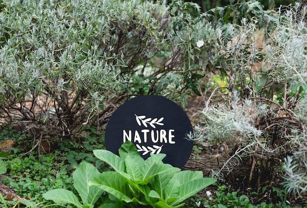 Круглая вывеска в саду